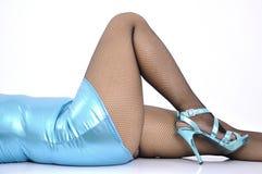 Vestido elástico brillante azul de la mujer atractiva el mini miente en ella detrás fotografía de archivo