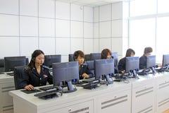 Vestido en los administradores de los uniformes de las mujeres Fotos de archivo libres de regalías
