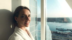 Vestido femaledressing atractivo en hotel almacen de video