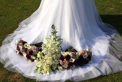 Vestido & flores de casamento Foto de Stock