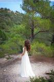 Vestido flowy blanco que lleva de la muchacha hermosa en bosque Fotos de archivo libres de regalías