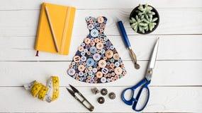 Vestido hecho de botones y de artículos de la adaptación fotos de archivo libres de regalías