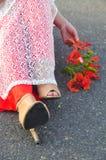 Vestido largo vietnamita con las flores del poinciana Foto de archivo