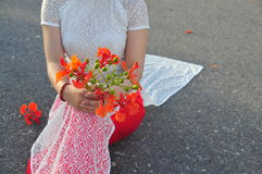 Vestido largo vietnamita con las flores del poinciana Fotos de archivo