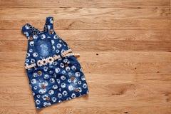 Vestido lindo del dril de algodón en fondo de madera Fotografía de archivo libre de regalías