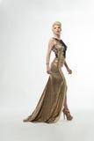 Vestido longo da forma da beleza da mulher, menina elegante no vestido do ouro, Youn imagens de stock