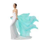 Vestido longo da mulher, modelo de forma no vestido de seda branco, Flyin de ondulação fotos de stock royalty free