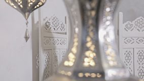 Vestido magro do algodão de lãs da roupa árabe do leste moreno 'sexy' bonita da forma da pose do modelo do encanto da mobília de  vídeos de arquivo