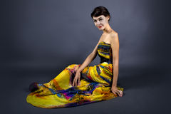 Vestido modelo do amarelo de Wearing Tie Dye Foto de Stock Royalty Free