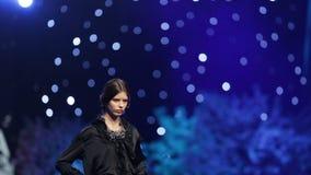 Vestido negro hermoso de la pista del desfile de moda almacen de metraje de vídeo