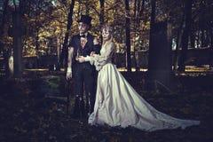 Vestido no casamento veste pares românticos do zombi imagem de stock royalty free