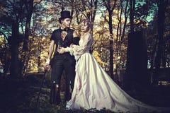 Vestido no casamento veste pares românticos do zombi foto de stock royalty free
