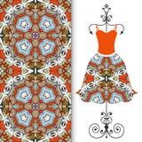 Vestido para mujer en una suspensión y un modelo geométrico inconsútil Imagen de archivo libre de regalías