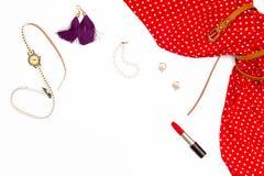 Vestido, pendientes, relojes, pulsera de la perla y lápiz labial rojos femeninos Imagen de archivo libre de regalías