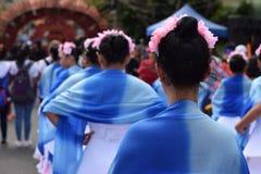 Vestido principal adornado llevado por las muchachas como bailan en la calle Fotos de archivo