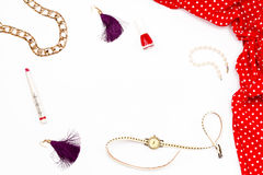 Vestido, pulsera, lápiz labial, esmalte de uñas, relojes y pendientes rojos en un fondo blanco Belleza femenina del concepto míni Foto de archivo libre de regalías