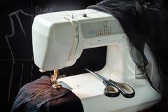 Vestido que costura no processo fotografia de stock