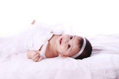 Vestido que lleva del bebé feliz imagenes de archivo