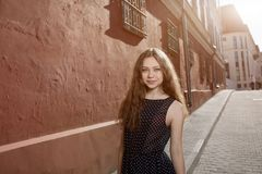 Vestido que lleva moreno hermoso de la mujer joven y el caminar en la calle Llamarada para el texto y el diseño Forma de vida en  foto de archivo libre de regalías