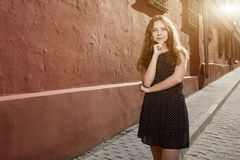 Vestido que lleva moreno hermoso de la mujer joven y el caminar en la calle Llamarada para el texto y el diseño Forma de vida en  imagen de archivo