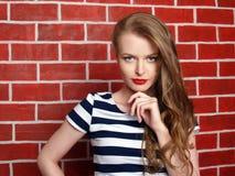 Vestido rayado chica joven hermosa Imagen de archivo libre de regalías
