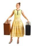 Vestido retro amarelo da menina com malas de viagem Fotografia de Stock