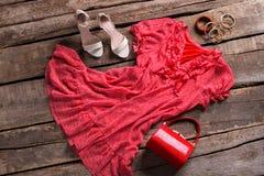 Vestido rojo con los accesorios brillantes Fotografía de archivo