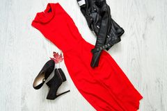 Vestido rojo con, zapatos negros y chaqueta de cuero Concentrado de moda fotos de archivo libres de regalías