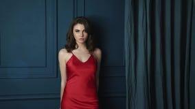 Vestido rojo de seda de la señora del encanto de moda del modelo de la cara del cuerpo de la piel del moreno del maquillaje del d almacen de video