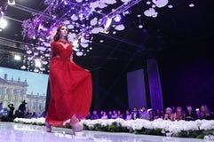 Vestido rojo de Sofia Fashion Week fotografía de archivo libre de regalías