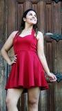 Vestido rojo lindo adolescente femenino Imágenes de archivo libres de regalías