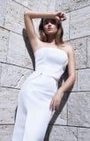 Vestido 'sexy' bonito do estilo da forma do modelo do cabelo louro da mulher Fotografia de Stock