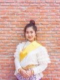 Vestido tailandés de la tradición de la mujer que lleva asiática hermosa Foto de archivo