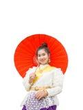 Vestido tailandés de la tradición de la mujer que lleva asiática hermosa con el paraguas Imagenes de archivo