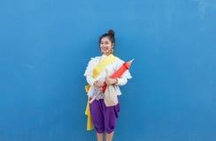 Vestido tailandés de la tradición de la mujer que lleva asiática hermosa con el paraguas Imagen de archivo libre de regalías