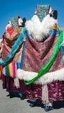 Vestido tibetano tradicional de la mujer del casquillo trasero de la bufanda Imagen de archivo libre de regalías
