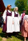 Vestido tradicional dos povos das raparigas, Hungria Fotos de Stock Royalty Free