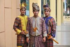 Vestido tradicional malayo con Keris Fotos de archivo