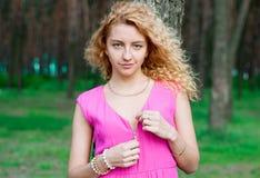 Vestido unclasping de la muchacha linda en el bosque fotos de archivo libres de regalías