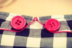 Vestido verificado retro com botões vermelhos foto de stock