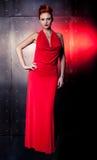 Vestido vermelho da mulher da forma com pouco saco Fundo da parede do metal Fotos de Stock Royalty Free