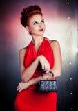 Vestido vermelho da mulher da forma com pouco saco Fundo da parede do metal Imagem de Stock Royalty Free