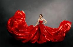 Vestido vermelho da mulher, modelo de forma no pano de ondulação do vestido de seda longo no vento, tela de voo imagem de stock royalty free
