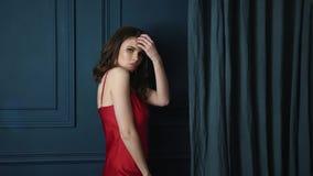 Vestido vermelho de seda do desgaste moreno cosmético bronzeado delicado magro bonito bonito 'sexy' do cabelo da composição da pe video estoque