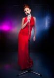 Vestido vermelho do cantor fêmea; microfone do vintage Imagens de Stock
