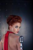 Vestido vermelho do cantor fêmea; microfone do vintage Fotografia de Stock