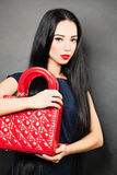 Vestido vestindo da mulher caucasiano bonita nova Imagem de Stock