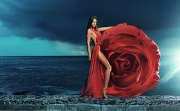 Vestido vestindo da rosa da morena bonita fotografia de stock royalty free