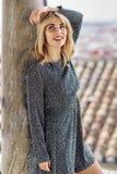 Vestido vestindo de sorriso da menina loura que dança fora foto de stock royalty free