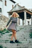 Vestido vestindo de sorriso da menina loura que dança fora foto de stock